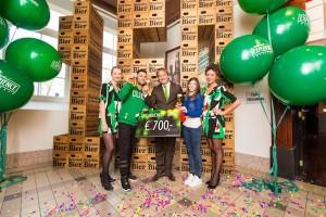 De 700.000ste bezoeker, Francesco, uit Sicilië-Italië, werd verwelkomd door Dirk Lubbers, manager Heineken Experience, met een koud Heineken® biertje getapt met de SUB®. Ook onving hij een kadobon van € 700 en nog een heel pakket aan leuke verassingen.