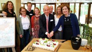 Lancering stichting BGM Oisterwijk - aansnijden taart met partners