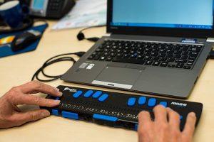 Laptop met braille leesregel (foto: Ron Beenen)