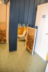 Openbaar toilet met een kinderdeurtje (in poortgebouw van het gemeentehuis)