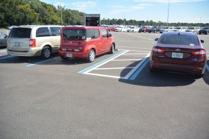 Voorbeeld van een goede maatregel: Parkeerplaatsen dicht bij de entree, met een vrije ruimte om uit te stappen. (Disney Orlando)