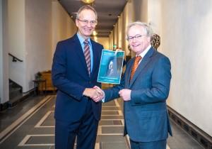 Theo Ruijs, voorzitter van het Topteam overhandigde het eindrapport in december 2014 aan minister Henk Kamp