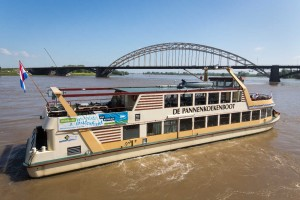 Nijmegen 0406- Banier op Pendelboot /EH-RTB(KAN) Eva Verhoeven