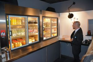 Goed gevulde koelkasten, vrij te gebruiken door de hotelgasten