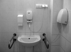 Aangepast sanitair. Voor sommige gasten reden om een andere kamer te vragen.