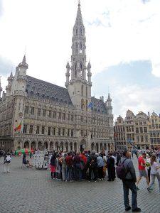 Groepjes toeristen maken weer deel uit van de Grote Markt in Brussel