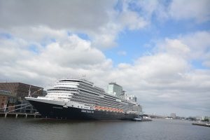 Cruiseschip Koningsdam in de Amsterdamse haven