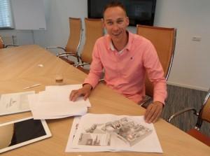 Frank de Groot geeft een toelichting op een renovatieplan
