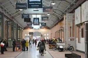 De Hallen: centrale overloop die de verschilende hallen (food, film, bibliotheek, ambacht, buiten) verbindt
