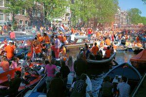 ...er kan nog meer bij... (Koninginnedag in Amsterdam)