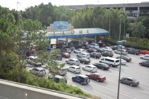 Verbrede weg in aanloop naar kassa's van de parkeerplaats