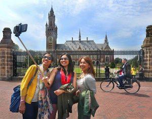 toeristen voor het vredespaleis2