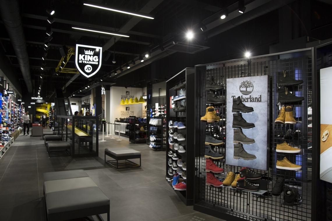 ae1a2e61c57 Maar de winkel is bovenal voorzien van de nieuwste technische snufjes. Zo  worden schoenen bij JD Sports niet door een medewerker uit het magazijn  gehaald, ...