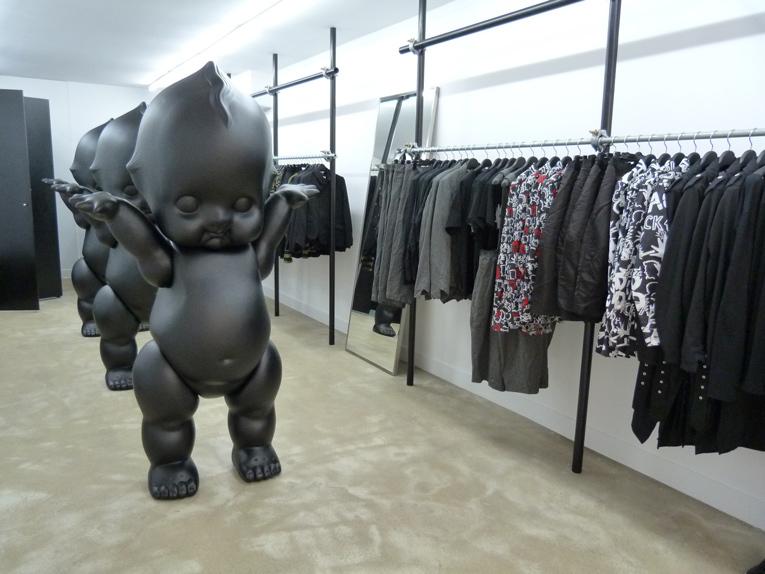 De zwarte winkel van Comme des Garçons RetailTrends.nl