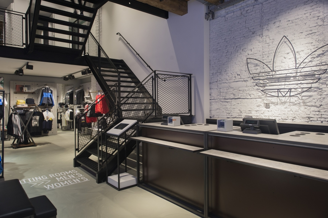 e94811228f01ab Het uithangbord van de winkel verraadt het al: consumenten kunnen er alleen  terecht voor de Originals-collectie van Adidas. Het zogenoemde Trefoil-logo  werd ...