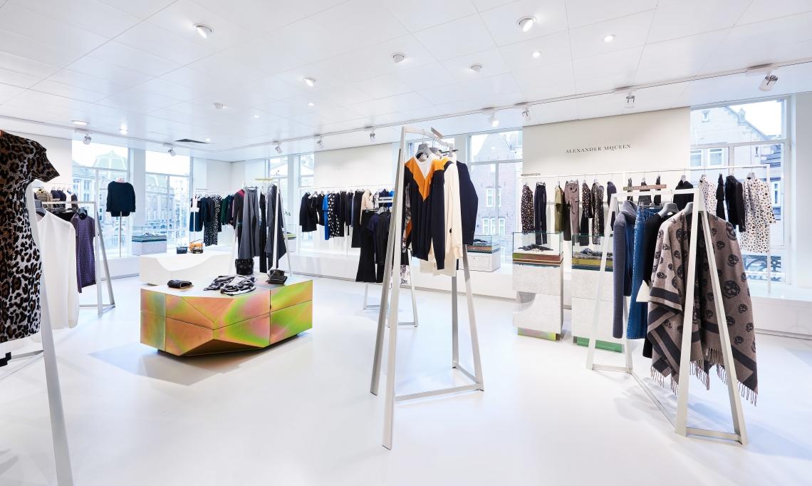 c37103319f7 Daar vinden de vrouwelijke klanten volgens de Bijenkorf de grootste  schoenenafdeling van de Benelux.