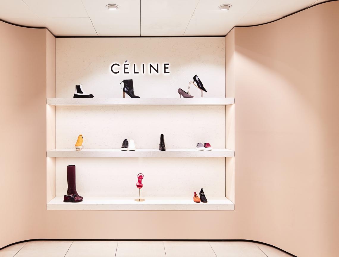 2c5627471c0 Daar vinden de vrouwelijke klanten volgens de Bijenkorf de grootste  schoenenafdeling van de Benelux. Op 1300 vierkante meter worden 65 merken  aangeboden, ...
