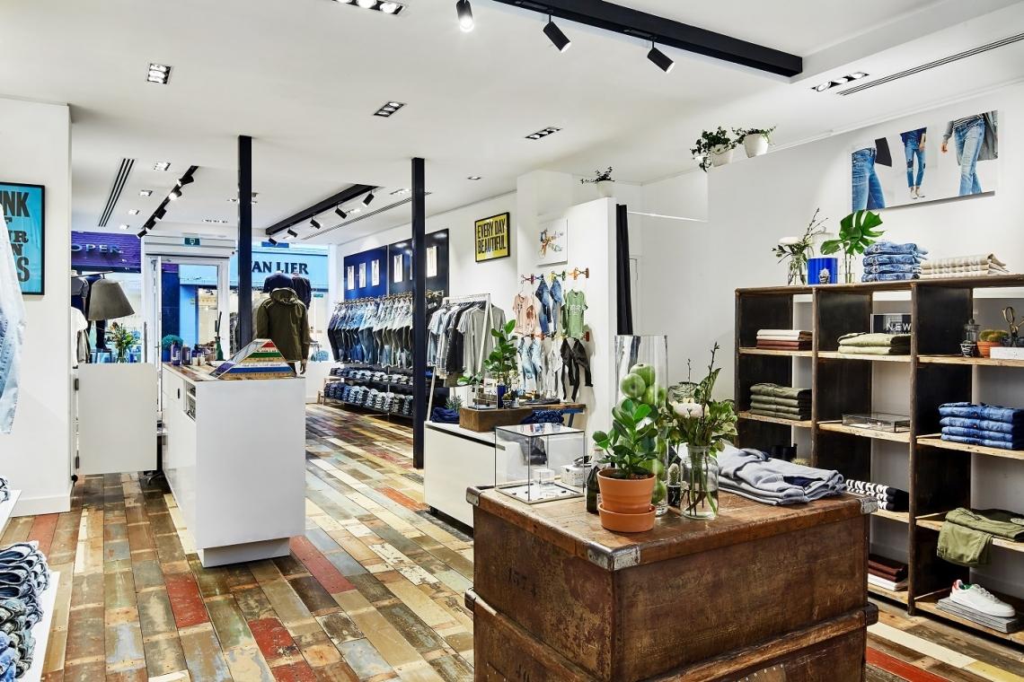 7877ce3ca19 De bekende schaar van Denham, het symbool van kwaliteit en vakmanschap,  komt op meerdere plekken terug in de winkel. Zo worden traditionele, in  hoogglans ...