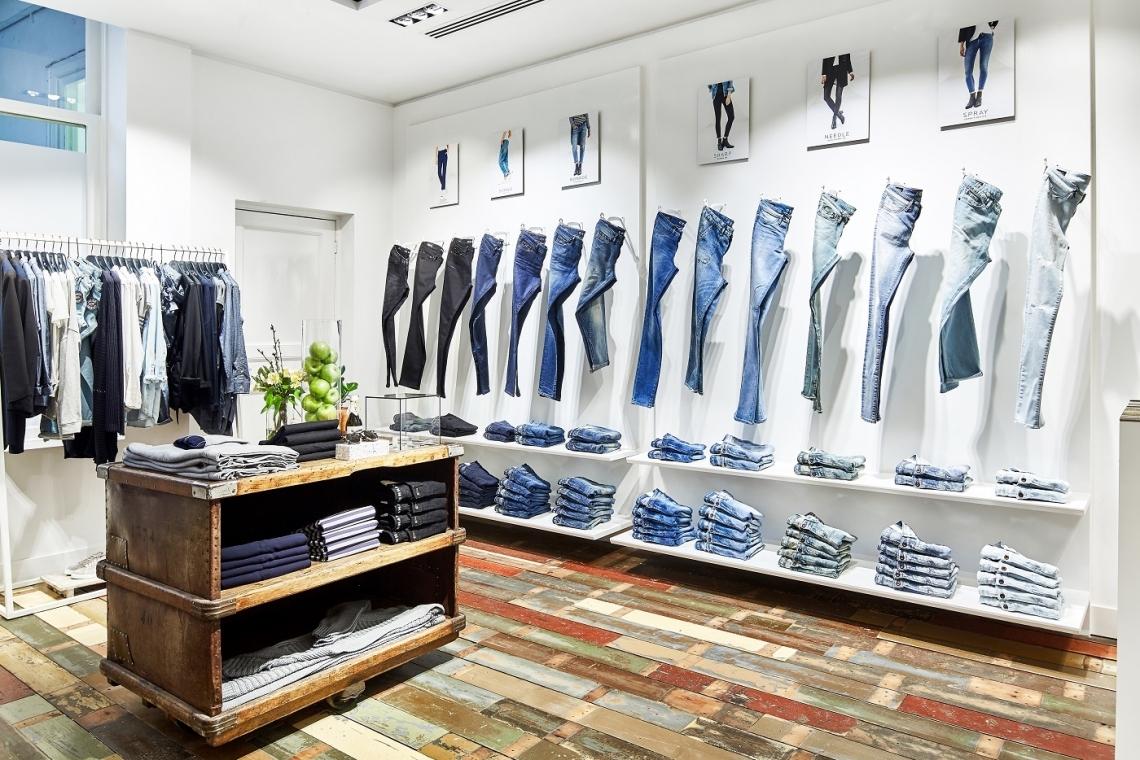 deebcc52b93 De winkel in de Hofstad is ontworpen door het eigen team van Denham. Het  interieur laat zich omschrijven als schoon en galerie-achtige met een  authentiek ...