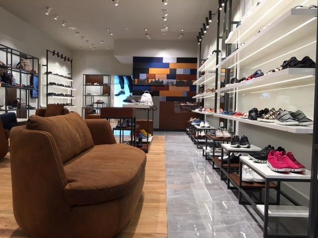 057a924c508 De premiumstore is volgens het schoenen- en tassenmerk zelf een 'eerbetoon  aan het vakmanschap van Ecco'. Andere speerpunten zijn het moderne Deense  design ...